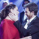 Pablo Motos abrazando a Isabel Pantoja en 'El Hormiguero'