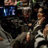 Macarena García, sonriente, en el rodaje de la tercera temporada de 'El Ministerio del Tiempo'