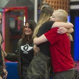Alyson Eckmann se abraza con Emma Ozores en la sexta gala de 'GH VIP 5'