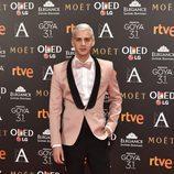 Eduardo Casanova, de rosa en la alfombra roja de los Goya 2017