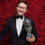 Carlos Santos posa con el Goya 2017 a actor revelación
