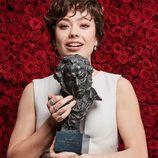 Anna Castillo posa emocionada con el Goya 2017 a actriz revelación