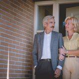 Mercedes y Antonio, orgullosos a las puertas de su nuevo chalet en los Altos de San Genaro, en 'Cuéntame cómo pasó'