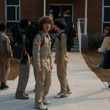 Dustin con los demás chicos, a las puertas del Instituto de Hawkins, vestido como los Cazafantasmas en la segunda temporada de 'Stranger Things'