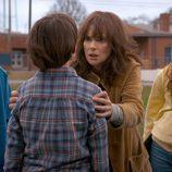 Winona Ryder, como Joyce, visiblemente nerviosa zarandea a su hijo Will, en la segunda temporada de 'Stranger Things'