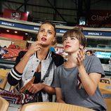 Corina y Rojo Cangrejo en un partido de béisbol durante 'Viajeras con B'
