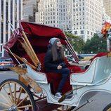 Rojo Cangrejo pasea en un coche de caballos por Nueva York en 'Viajeras con B'