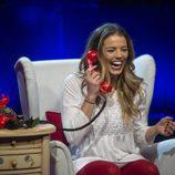 Alyson Rae Eckmann habla con su  amiga Claudia en la octava gala de 'GH VIP 5'
