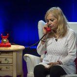 Emma Ozores habla con un amigo en la octava gala de 'GH VIP 5'