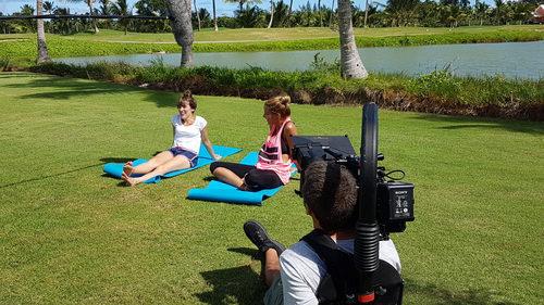 Corina Randazzo y Rojo Cangrejo practican yoga en 'Viajeras con B'
