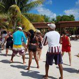 Rojo Cangrejo y Corina bailan en 'Viajeras con B'