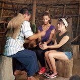 Corina y Rojo Cangrejo con un tribu en 'Viajeras con B'