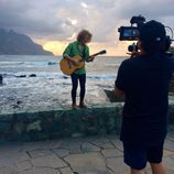 "Manel Navarro, guitarra en mano, interpreta ""Do it for your lover"" durante la grabación del videoclip en Tenerife"