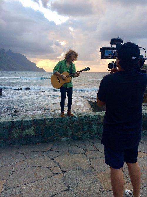 """Manel Navarro, guitarra en mano, interpreta """"Do it for your lover"""" durante la grabación del videoclip en Tenerife"""
