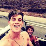 Miguel Bernardeau junto a un amigo en un coche