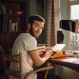 Carlos Alcántara, interpretado por Ricardo Gómez, sigue escribiendo su próxima novela en 'Cuéntame cómo pasó'