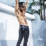 Nico Tortorella posa con pantalones brillantes y sin camiseta