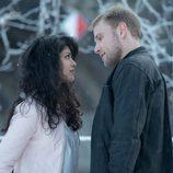 Tina Desai y Max Riemelt en la segunda temporada de 'Sense8'