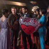 Miguel Ángel Silvestre con un globo en la segunda temporada de 'Sense8'