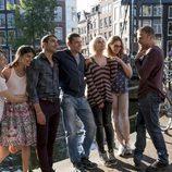 Reparto de 'Sense8' sobre un puente en la segunda temporada
