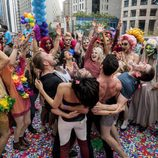 Los personajes de 'Sense8' de celebración durante la segunda temporada