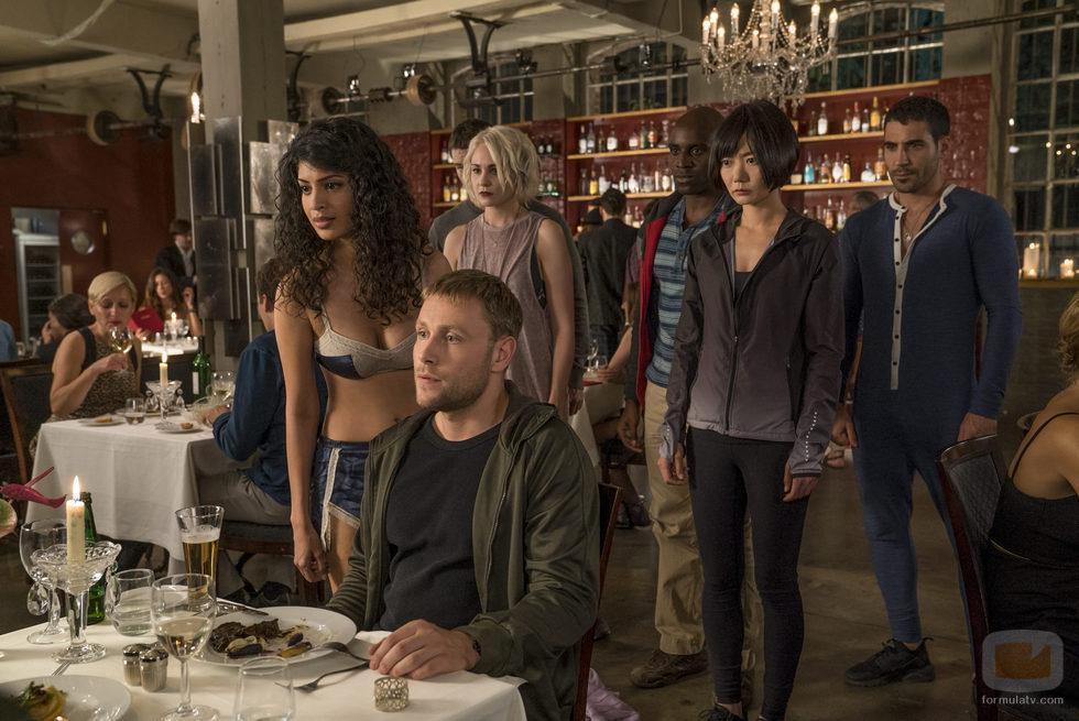 Max Riemelt en un restaurante en la segunda temporada de 'Sense8'