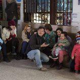 Jorge Sanz con un grupo de familias en el capítulo ocho de '¿Qué fue de Jorge Sanz?'