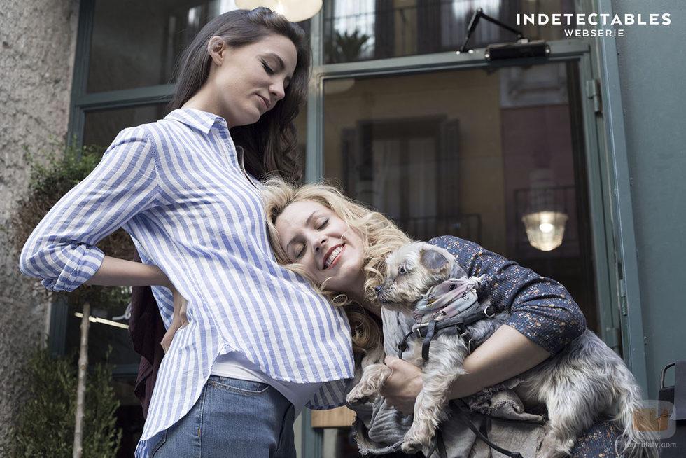 """María Hervás y Maggie Civantos en el episodio """"Yo también"""" de la webserie 'Indetectables'"""