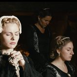 La actriz Olivia Chenery, rezando, en 'Reinas, virgen y mártir', donde interpreta a María de Estuardo