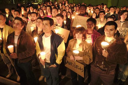 Una vigilia con velas y carteles honra a varios activistas en 'When We Rise'