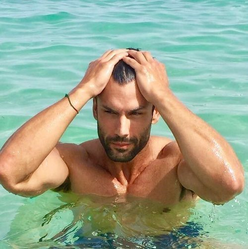 El modelo y guardia civil Jorge Pérez en la piscina