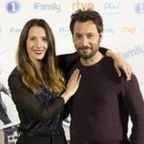 Bárbara Goenaga y Raúl Fernández posan en la rueda de prensa de 'iFamily'