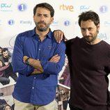 Antonio Garrido y Raúl Fernández posan en la rueda de prensa de 'iFamily'