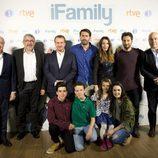 El reparto de 'iFamily' posa en la rueda de prensa de la serie