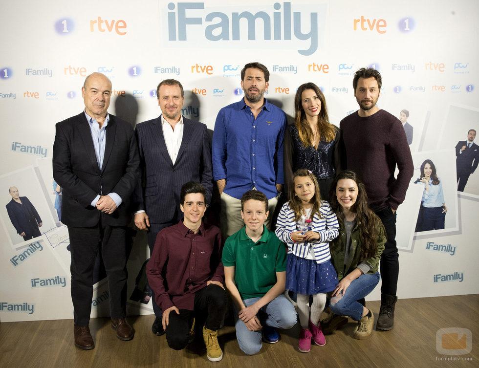 El reparto de 'iFamily' posa para los medios de comunicación en la rueda de prensa de RTVE