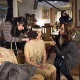 La actriz Nadia de Santiago pasa por maquillaje durante el rodaje de 'Las chicas del cable'