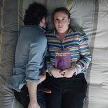 Matthew Rhys enseña su pene falso en una escena de 'Girls' junto a Lena Dunham