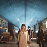 Maggie Civantos en la estación del tren en 'Las chicas del cable'