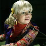 Pili, interpretada por Lluvia Rojo, habla a un micrófono en 'Cuéntame cómo pasó'