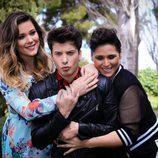 Rosa López y Lorena Gómez posan junto a Blas Cantó, ganador de la quinta edición de 'Tu cara me suena'