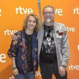 Manel Navarro posa junto a Hans Pannecoucke, encargado de la puesta en escena de España en Eurovision 2017