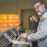 Manel Navarro, sonriente escucha las explicaciones de Hans Pannecoucke, encargado de la puesta en escena de España en Eurovisión 2017