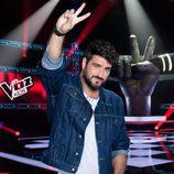 Antonio Orozco hace el símbolo de 'La Voz Kids' en la tercera edición
