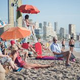 Los Alcántara toman el sol en la playa de Benidorm en el capítulo 9 de 'Cuéntame como pasó'