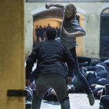 Daniel Rand (Finn Jones) propina un puñetazo durante una escena de 'Iron Fist'