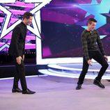 Jaime Cantizano y Juanjo Ballesta ríen mientras el hijo del actor hace el pino en 'Jugando con las estrellas'