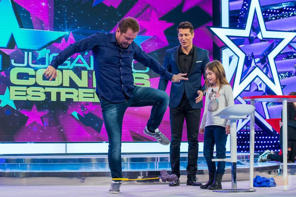 El Monaguillo saltando ante la atenta mirada de su hija y Jaime Cantizano en 'Jugando con las estrellas'