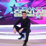 Jaime Cantizano sentado sobre las escaleras de 'Jugando con las estrellas'