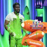 Kevin Hart salpicado por el moco en los Nickelodeon's 2017 Kids' Choice Awards