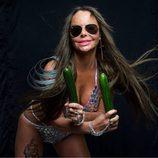 """Leticia Sabater posa sujetando unos pepinos para su nuevo videoclip, """" Toma Pepinazo"""""""